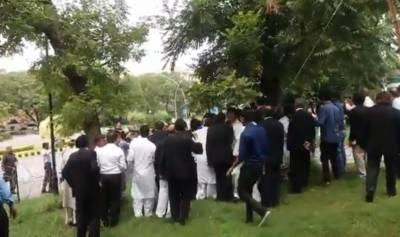 سپریم کورٹ کے باہر مسلم لیگ (ن) اور تحریک انصاف کے کارکنان آمنے سامنے