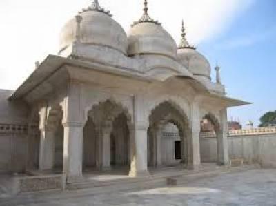 مغلیہ عہد میں تعمیر کی گئی موتی مسجد کی جو ملکی و غیر ملکی سیاحوں کی توجہ کا مرکز ہمیشہ سے رہی ہے