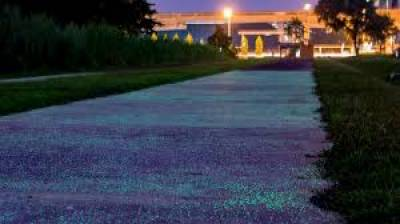 سنگاپور میں ایسی سڑکیں تیار کرلی گئی ہیں جو رات کے اندھیرے میں دلفریب روشنی خارج کر کے چلنے والوں کو رہنمائی کرتی ہیں،