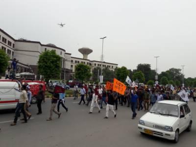 گزشتہ روز کے تصادم کے بعد پنجاب بھر کے سرکاری ہسپتالوں میں ہڑتال کر دی