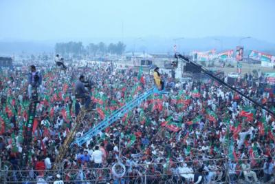 پاکستان تحریک انصاف اورعوامی مسلم لیگ نے نواز شریف کی ریلی کے جواب میں تیرہ اگست کو لیاقت باغ میں جشن آزادی جلسہ کرنے کا فیصلہ کیا ہے