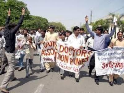 لاہور کے سرکاری ہسپتالوں میں ینگ ڈاکٹرز کی ہڑتال دسویں روز بھی جاری