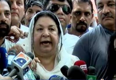 اسلام آباد میں الیکشن کمیشن میں کاغزات نامزدگی جمع کروانے کے بعد پی ٹی آئی رہنما یاسمین راشد کی میڈیا سے گفتگو