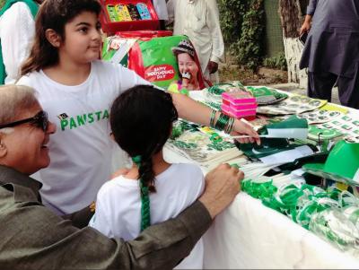 وزیراعلیٰ پنجاب شہباز شریف نے یوم آزادی کا دن بھرپور طریقے سے منایا۔ پوتے پوتیوں کو جھنڈیاں اور بیجز لیکر دیئے۔