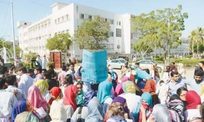 محکمہ صحت پنجاب سے کامیاب مذاکرات کے بعد ینگ ڈاکٹروں نے چودہ دن بعد بلاخر ہڑتال ختم کردی