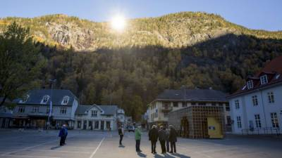 ناروے کا یہ منفرد قصبہ ایک گہری وادی میں واقع ہونے کی وجہ سے سردیوں کے 6 ماہ کے دوران سورج کی روشنی سے مکمل محروم رہتا تھا