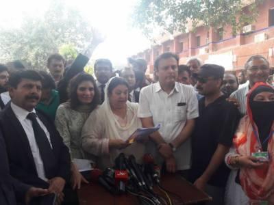 تحریک انصاف کی امیدوار یاسمین راشد عندلیب عباس کے ہمراہ الیکشن کمیشن کے دفتر پہنچیں
