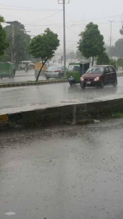 لاہور میں صبح سے ہی حبس کا راج تھا جس کے بعد اچانک شہر کالے بادلوں سے ڈھک گیا