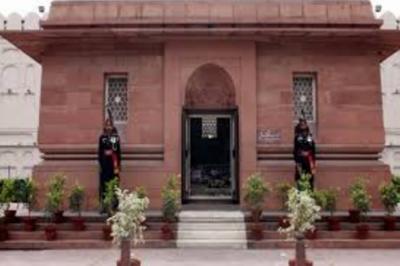 لاہور میں مزار اقبال پر گارڈ تبدیلی کی تقریب کے دوران رینجرز کے تازہ دم دستے نے گارڈز کے فرائض سنبھال لئے