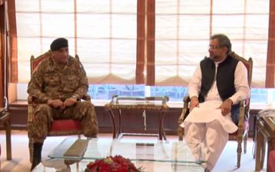 وزیراعظم شاہد خاقان عباسی سے آرمی چیف جنرل قمر جاوید باجوہ نے ون آن ون ملاقات، قومی سلامتی سے متعلق امور پر تبادلہ خیال کیا گیا