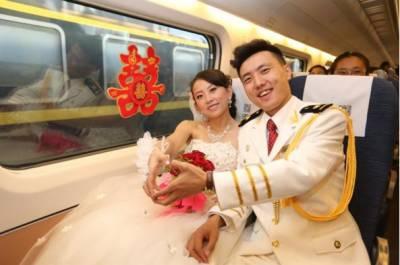 چین اور اسکی محبوبہ ماں یان دونوں نے مل کر چین کے ریلوے سٹیشن پر اپنی شادی کی تقریب منعقد کی