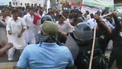 کراچی میں اساتذہ اور برطرف پولیس اہلکاروں نے اپنے مطالبات کے حق میں احتجاج کیا۔ پولیس نے مظاہرین کو پانی سے دھو ڈالا