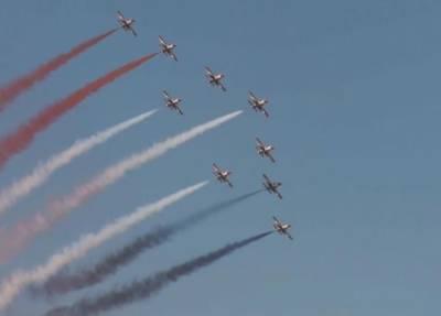 یونان میں سالانہ ائیرشو کے آخری روز پائلٹس نے شاندار مہارت کا مظاہرہ کرکے آسمان پر خوب رنگ بکھیرے