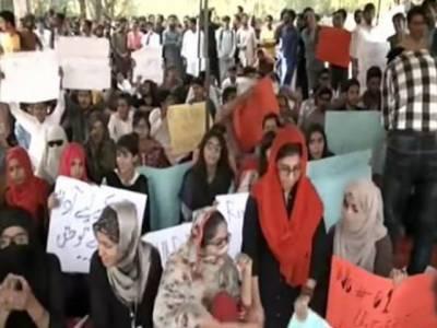 طلبا اور طالبات اپنے حقوق کے لئے ڈٹ گئے۔