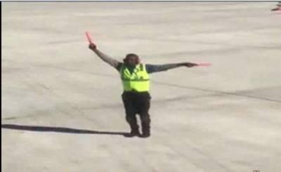 جہاز نے اڑنے کیلیے رن وے پر دوڑنا شروع کیا تو ان صاحب نے بے اختیار ناچنا شروع کر دیا
