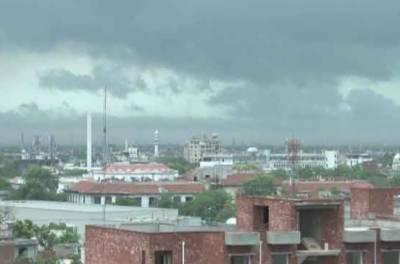 لاہور میں پچھلے کئی ہفتوں سے جاری شدید دھند اور سموگ کی صورتحال کے بعد بادلوں نے شہر کا رخ کر ہی لیا