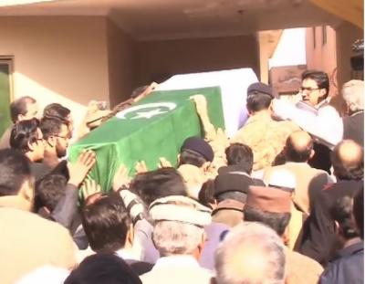 ڈیرہ اسماعیل خان میں دہشتگردوں کے خلاف بہادری سے لڑتے ہوئے جام شہادت نوش کرنے والے میجر اسحاق کا جسد خاکی لاہور میں ان کی رہائش گاہ پر پہنچا دیا گیا