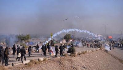 آپریشن شروع،، پولیس کی آنسو گیس کی شیلنگ