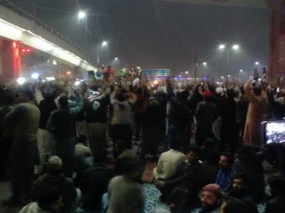 فیض آباد دھرنے کے شرکا کے خلاف کریک ڈاؤن سے پنجاب بھر کی صورتحال کشیدہ ، بھر میں احتجاج کا سلسلہ پھیل گیا