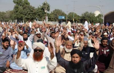اسلام آباد میں مذہبی جماعت کے دھرنے سے اظہار یکجہتی کیلئے کراچی کے مختلف مقامات پر دھرنے جاری ہیں،