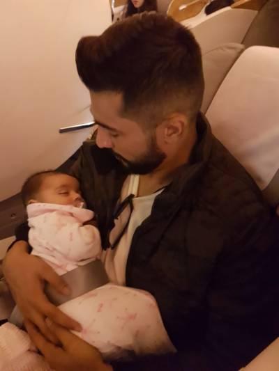 قومی کرکٹ ٹیم کے فاسٹ باؤلر محمد عامر نے بیٹی کیساتھ پہلے ہوائی سفر کی تصویر جاری کر دی