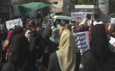 کراچی میں کنٹریکٹ اساتذہ ملازمت پر مستقل نہ کرنے پر سراپا احتجاج, پولیس نے متعدد اساتذہ کو حراست میں لے لیا