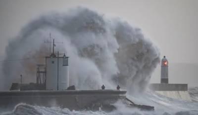 گزشتہ روز برطانیہ اور آئر لینڈ کے ساحلوں سے ٹکڑانے والے خطرناک سمندری طوفان ایلینار نے تباہی مچادی