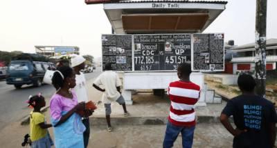 لائبیریا کےدارالحکومت میں بلیک بورڈ پر پڑھے جانے والے اخبارکی 17 سال سے اشاعت جاری