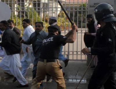 کراچی پریس کلب پرمطالبات کے حق میں احتجاج کرنے والے اساتذہ کی بلاول ہاوس جانے کی کوشش پرپولیس کا لاٹھی چارج اورآنسو گیس کی شیلنگ
