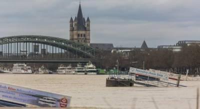دریائے رائن میں سیلاب، بحری جہاز ریلوے پل سے ٹکرا گیا