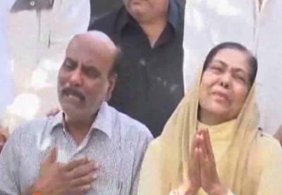 کراچی میں پولیس اہلکاروں کی فائرنگ سے جاں بحق ہونے والے نوجوان کے والدین نے چیف جسٹس اور آرمی چیف سے انصاف کی اپیل کردی