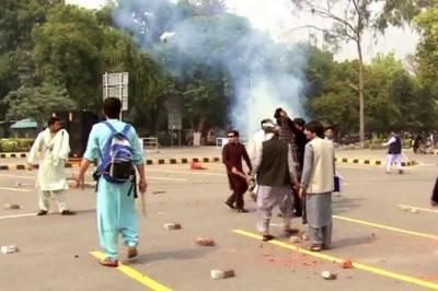 جامعہ پنجاب کے طلبہ اپنا جھگڑا لے کر یونیورسٹی سے باہر سڑکوں پر نکل آئے،ٹریفک بلاک ہونے سے شہری اور طلبہ آپس میں الجھتے رہے