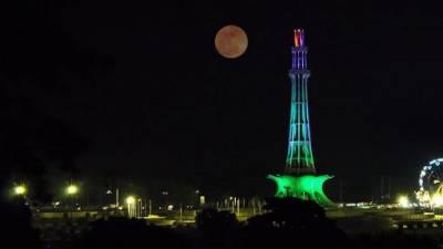 زندہ دلان لاہور نے سپر بلیو بلڈ مون کو ڈرم اور دف بجا کر منفرد انداز میں خوش آمدید کہا،