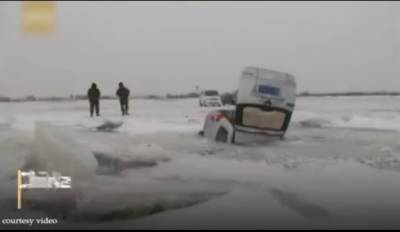 چین میں ڈرفٹنگ کے دوران منچلوں کی کار یخ بستہ جھیل میں گر کر پھنس گئی