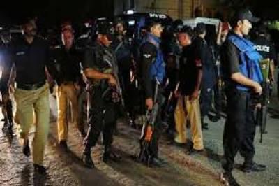 کراچی کے علاقے فیروز آباد میں3 روز قبل منی چینجر سے رقم لے کر نکلنے والے شہریوں سے لوٹ مار کرنے والے ڈاکوؤں کے خاکے پولیس نے جاری کر دیئے