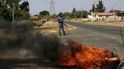 جنوبی افریقہ کے مشرقی صوبے کیپ میں مسلح افراد کے پولیس اسٹیشن پر حملے کے نتیجے میں5 افسران اور ایک فوجی ہلاک ہو گیا