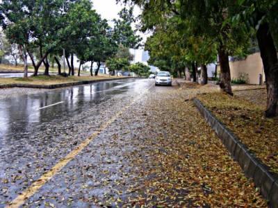 ملک کےمختلف حصوں میں بارش اورپہاڑوں پربرفباری سے سردی کی شدت میں اضافہ ہوگیا