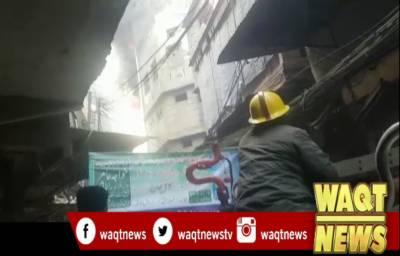 لاہور کے علاقے موچی گیٹ پلازے میں آگ لگ گئی۔