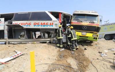 سعودی عرب: مسافر بس اور ٹرالر میں تصادم ، 2 جاں بحق، 26 زخمی