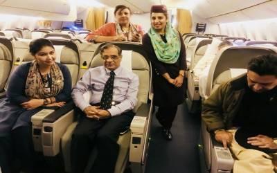 نعیم بخاری نے چیف جسٹس پاکستان سے ان کی ایئر ہوسٹس کے ہمراہ تصویر پر اعتراض کردیا۔