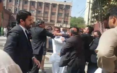 لاہور ہائیکورٹ کے احاطہ میں وکلاء آپے سے باہر ہو گئے، سویلین پر تشدد کیا۔