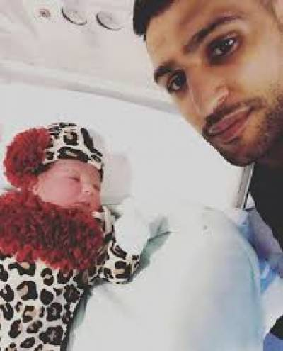 پاکستانی نژاد برطانوی باکسر عامر خان دوسری بیٹی کے باپ بن گئے