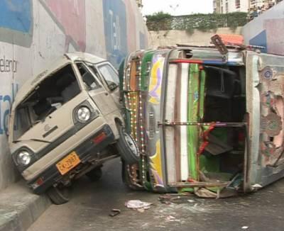 کراچی میں ویٹا چورنگی کے قریب بس الٹ گئی۔