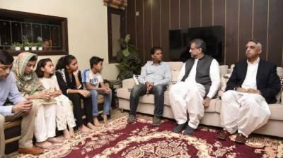 وزیراعظم کراچی میں سبیکا شیخ کےگھر پہنچ گئےوالدین سےاظہارتعزیت