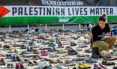 سیاسی کارکنوں نے یورپی یونین کی عمارت کے سامنے ہزاروں جوتے رکھ کر احتجاج کیا