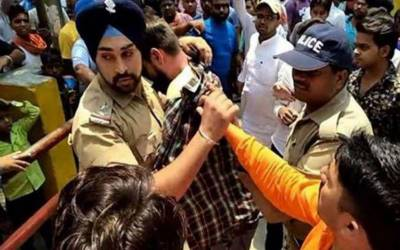 مسلم نوجوان کو مشتعل ہجوم سے بچانے والے سکھ پولیس اہلکار کو قتل کی دھمکیاں ملنے لگیں۔