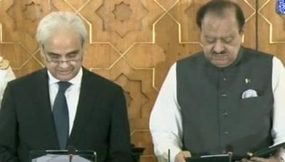 صدر مملکت ممنون حسین ناصر الملک سے نگراں وزیراعظم کے عہدے کا حلف لے رہے ہیں
