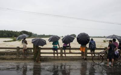 بارشوں نے بھارت اور بنگلہ دیش کے شہروں میں تباہی مچانا شروع کردی۔