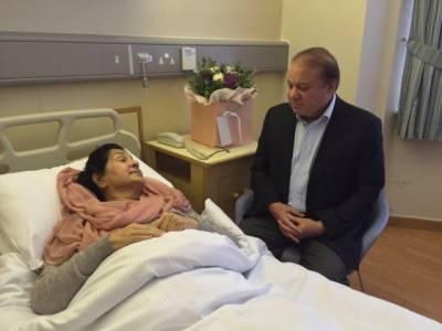 سابق وزیراعظم نوازشریف نے اپنی اہلیہ کلثوم نواز کی طبعیت بہتر ہونے تک پاکستان نہ آنے کا اشارہ دیدیا
