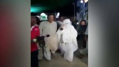 عمران خان گزشتہ رات پاکپتن پہنچے اور اپنی اہلیہ بشریٰ بی بی کے ہمراہ درگاہ بابا فرید گنج شکر پر حاضری دی، چادر چڑھائی اور فاتحہ خوانی کی۔